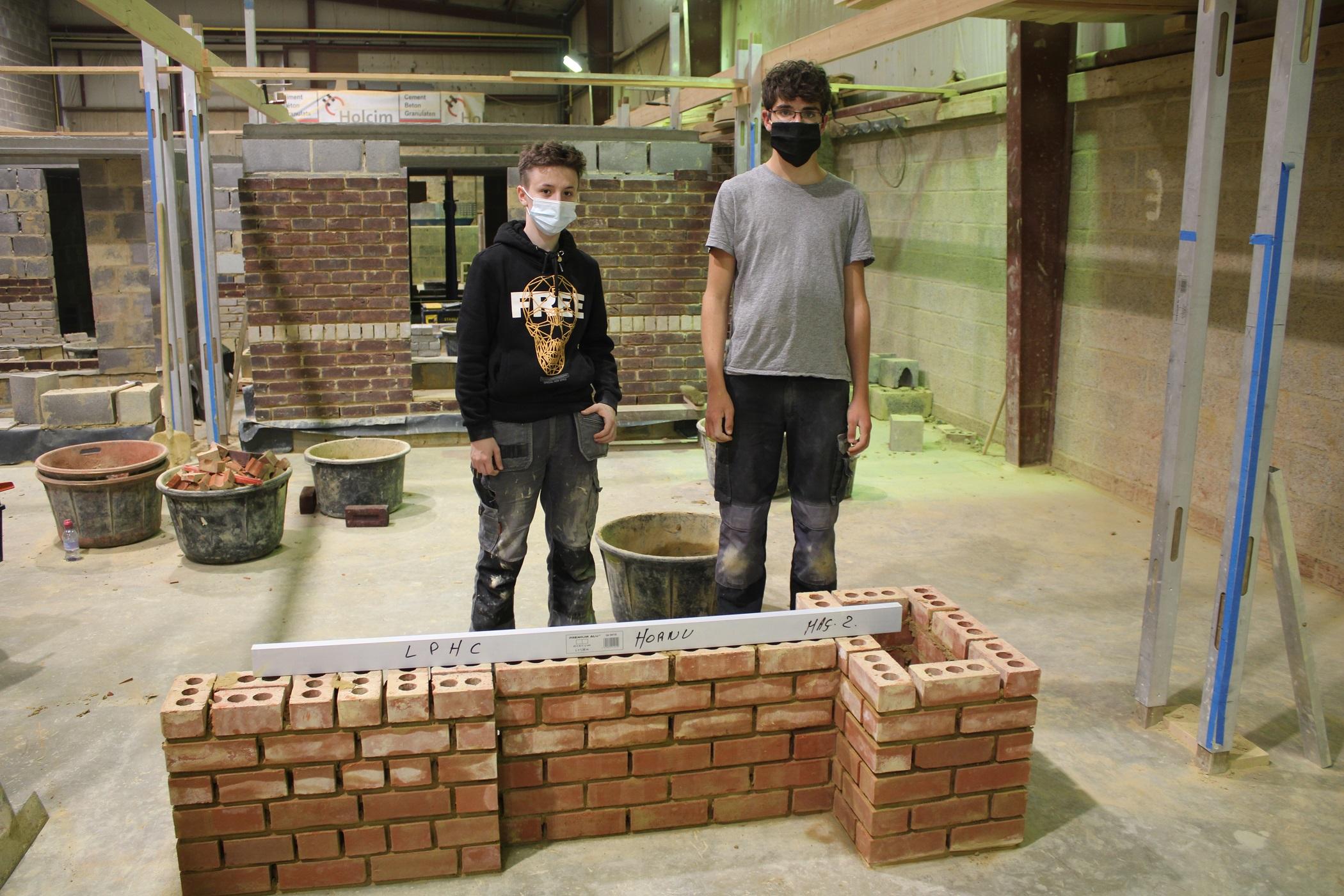 Deux élèves du Lycée Provincial Hornu-Colfontaine au Startech's Days Worldskills Belgium (section Construction)